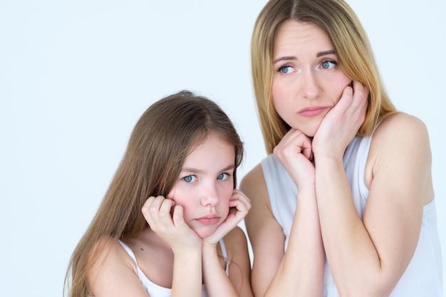 가족 싸움. 엄마와 아이 딸은 슬프고 화가납니다.