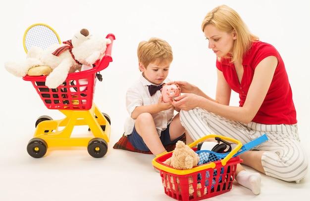 Семейные отношения. мать и сын, играя в магазин. шоппинг, скидки, распродажа.