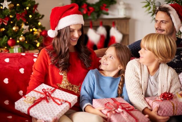 クリスマスの間に家でリラックスする家族