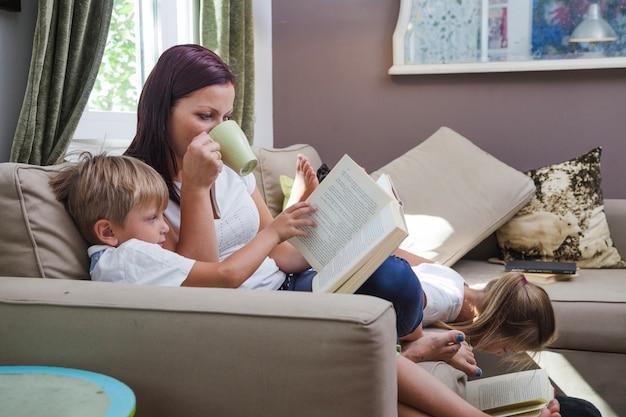 ソファに座っている家族の読書