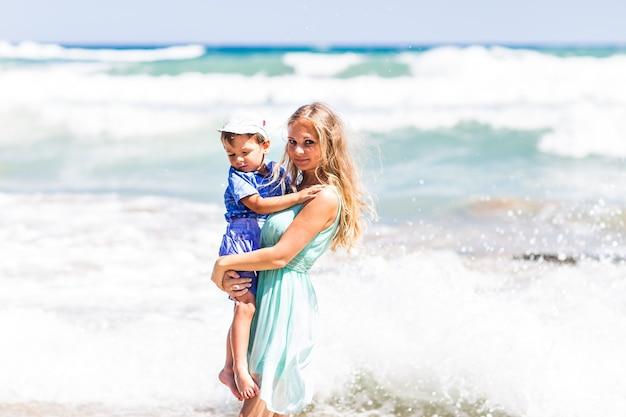 家族で海で休んで、明るい晴れた日に楽しんでください。