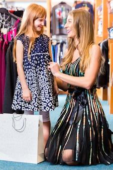 Семья, делающая покупки мода в магазине