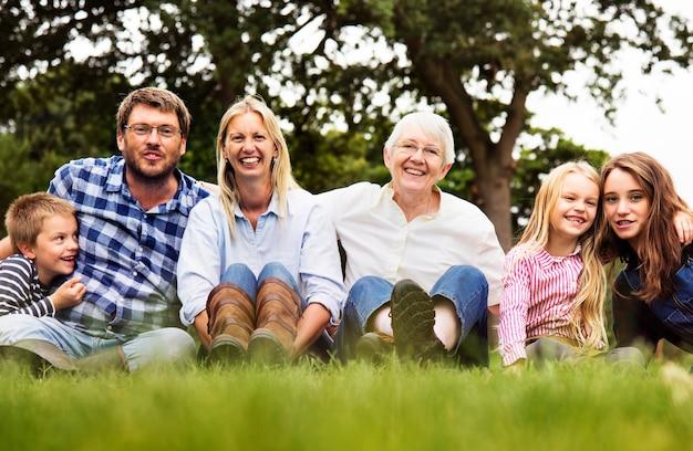 公園に座っている家族