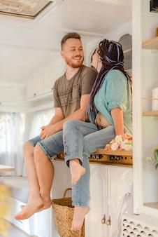 トレーラーのキッチンに座っている家族