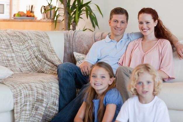 거실에 앉아 가족