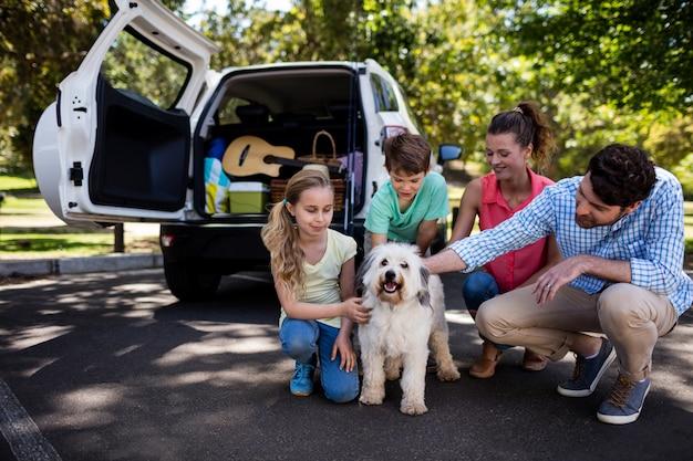犬と一緒に公園に座っている家族