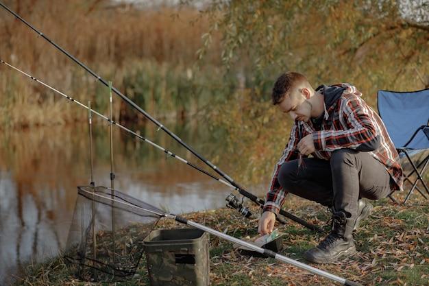 釣りの朝に川の近くに座っている家族