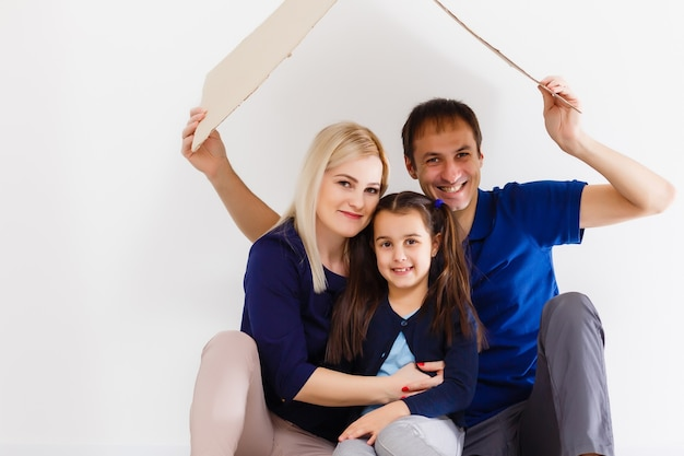 家族が一緒に座ってホームサインを作っています。コロナウイルスの通常の生活。ライフスタイルcovid-19。検疫ウイルス対策不妊ホーム一緒にハートシンボル