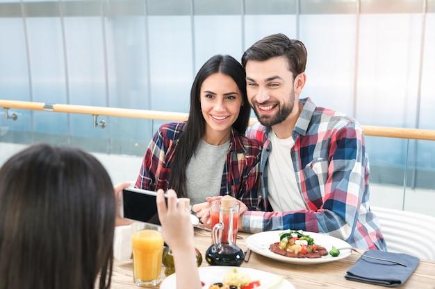 레스토랑 점심 개념에 함께 앉아 있는 가족