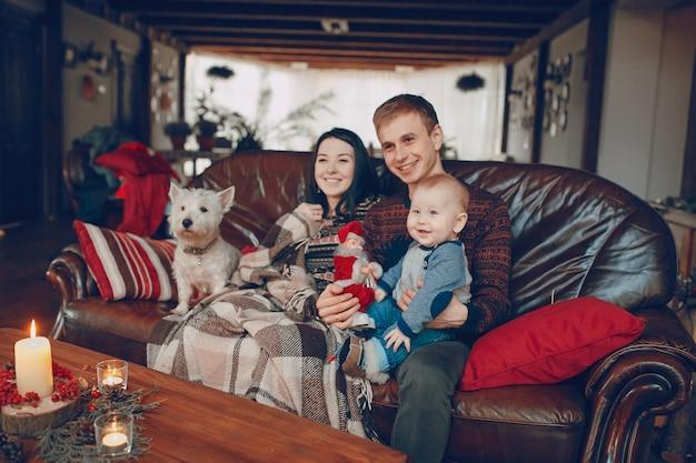 クリスマスでソファの上に笑顔の家族