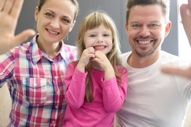 Семья улыбается портрет мамы, папы и дочери