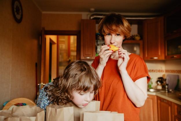 キッチンで配達食品を仕分けする家族