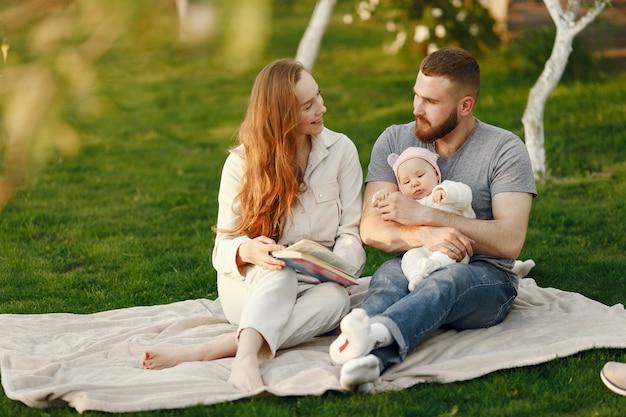 La famiglia trascorre del tempo in un giardino estivo