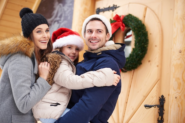 屋外でクリスマス休暇を過ごす家族