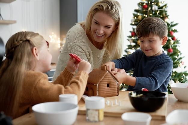Семья тратит рождество на выпечку