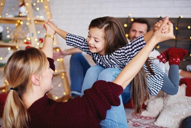 ベッドで一緒にクリスマスの時間を過ごす家族