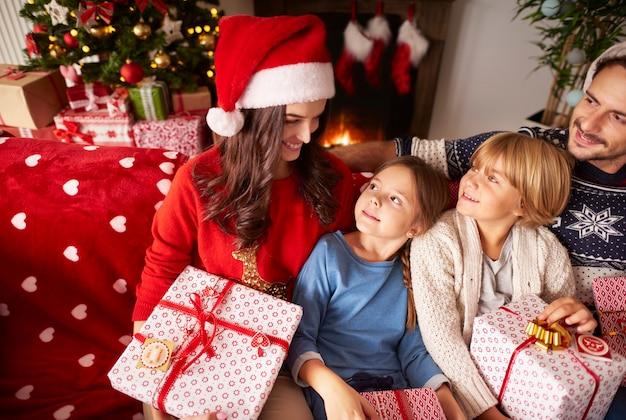 집에서 크리스마스를 함께 보내는 가족