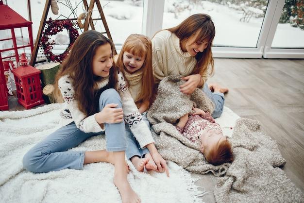 クリスマスの飾りで家で時間を過ごす家族