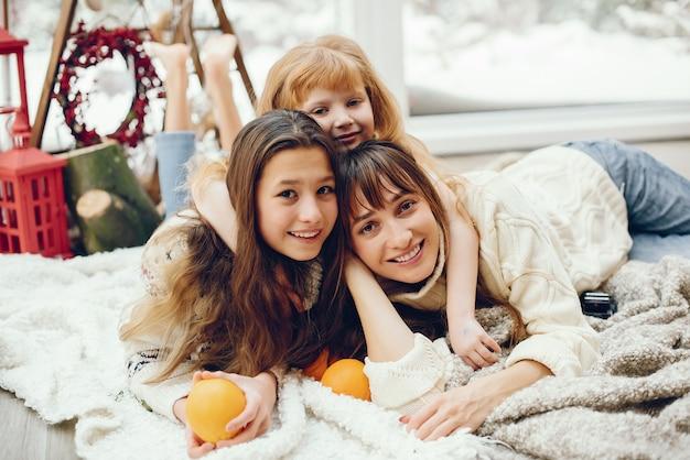Семья проводит время дома в рождественских украшениях