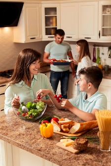 食糧を準備するキッチンで時間を過ごす家族