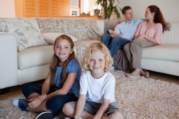 거실에서 시간을 보내는 가족