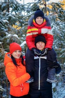 Семья проводит время на открытом воздухе зимой