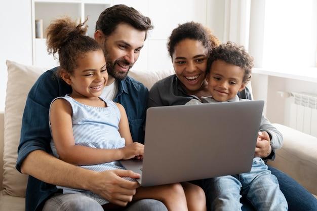 家族が家で一緒に時間を過ごす