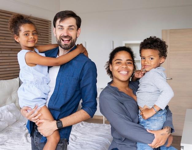 Семья, проводящая время вместе дома