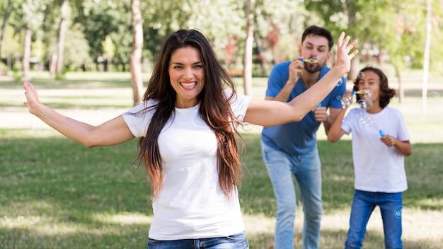 Семья проводит время вместе в парке и развлекается