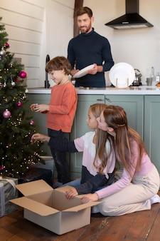 クリスマス前に一緒に時間を過ごす家族