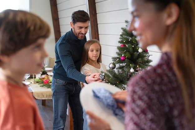 Семья, проводящая время вместе перед рождеством