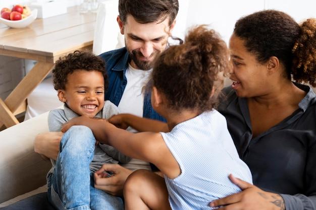 La famiglia trascorre del tempo insieme a casa