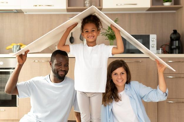 Famiglia che trascorre del tempo insieme a casa