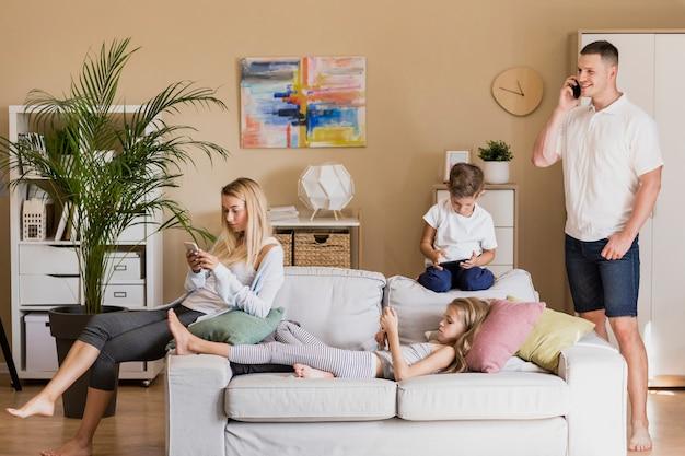 Семья проводит время вместе в доме