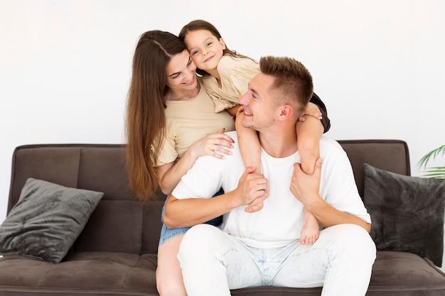 Семья, проводящая время вместе в гостиной