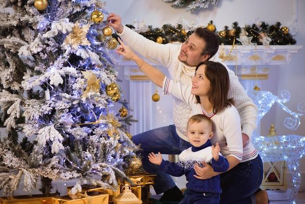 クリスマスに一緒に時間を過ごす家族