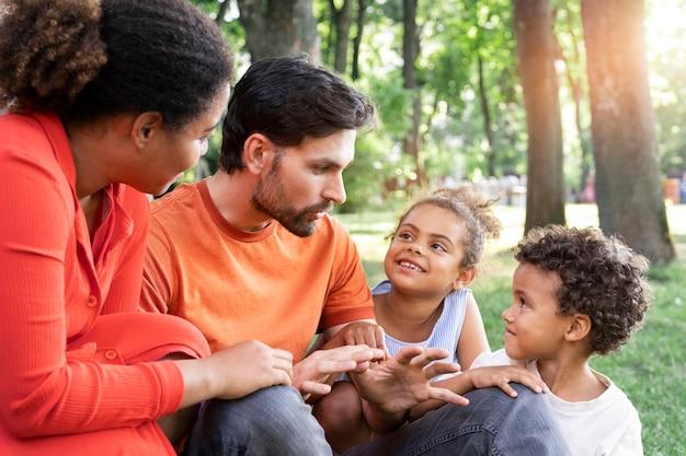 公園で屋外で一緒に時間を過ごす家族