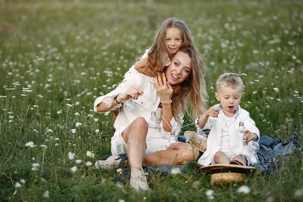 Семья проводит время в отпуске в деревне