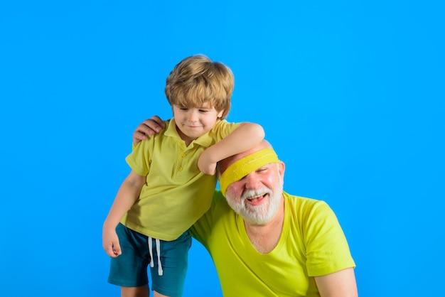 Семейная спортивная игра, семейная тренировка вместе, семейный спортивный портрет дедушки и внука, работающих