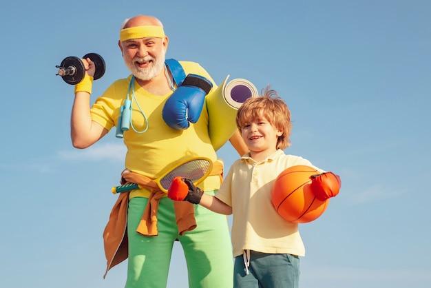 가족 스포츠. 할아버지와 손자 농구 공