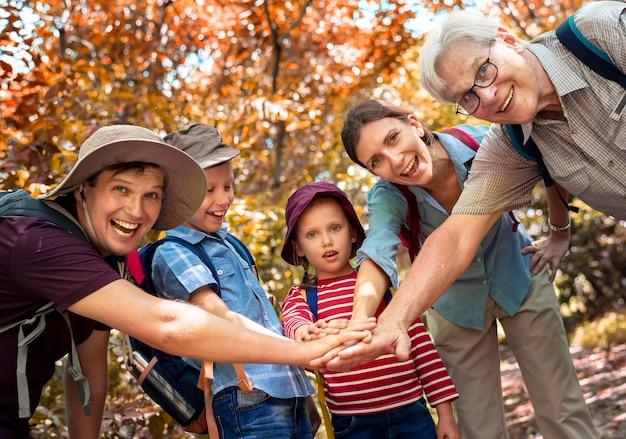 Famiglia accatastamento di mani come una squadra