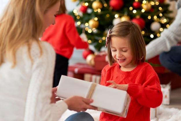 Семья начинает рождество от открытия подарков