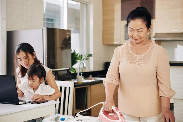 Семья остается дома из-за пандемии