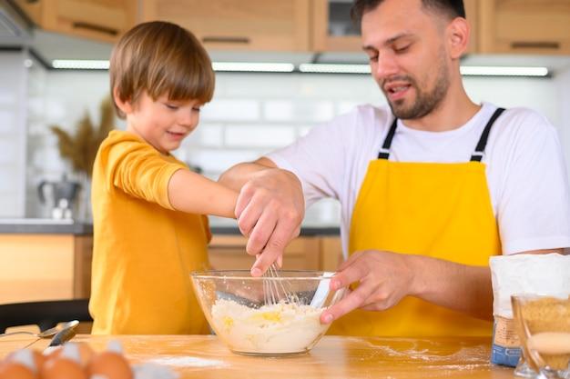 Семья рулит тесто спереди