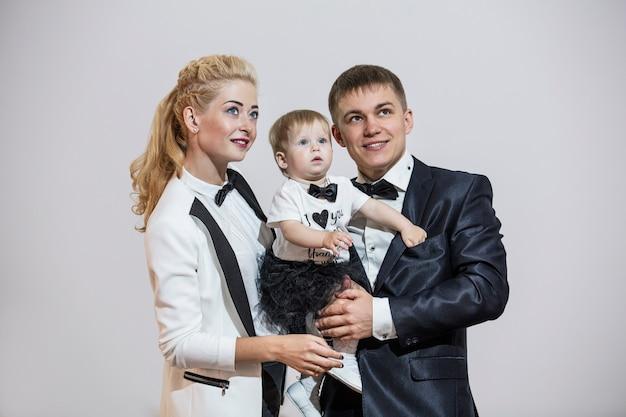 세련되고 세련된 옷을 입은 가족