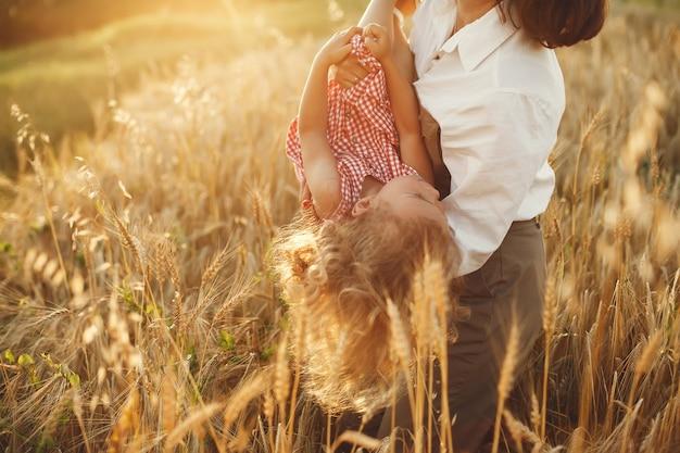 Famiglia in un campo estivo. foto sensuale. piccola ragazza carina.