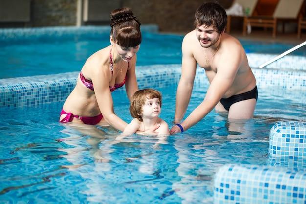 수영장에서 가족 수영.