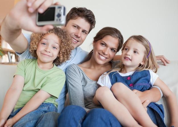 자신의 사진을 찍는 가족