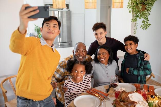 Семья, делающая селфи перед ужином в день благодарения