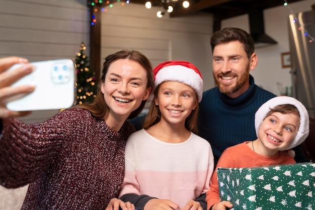 Семья, делающая селфи на рождество